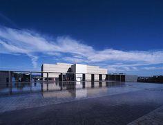 美術館の建築ならこの人! 誰もが見惚れる谷口吉生の「超美人建築」とは? 豊田市美術館 日本を、そして、20世紀を代表する建築家である谷口吉生。美術館の名手とも呼ばれる彼の作品は、処女作である資生堂アートハウス、豊田市美術館、鈴木大拙館などをはじめ、日本国内でも多数見ることができる。休日は日本全国を建築行脚しているという代官山 蔦屋書店の建築デザインコンシェルジュ・三條氏は、先日山形県にある土門拳美術館を訪れ、日本国内にある谷口吉生手掛けた国内の主要建築を制覇したの...