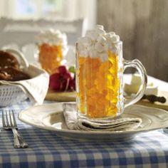 Oktoberfest-Deko basteln: Bierkrug mit Fruchtgummifüllung