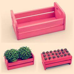 Você pode usar de pé, de ponta cabeça, para colocar vasos de flores, doces, salgados... Nossas mini-caixinhas de feira são fofas e super versáteis! Visite o site e compre a sua, diversas cores disponíveis! http://festeirice.com.br/produtos/decoracao-de-festa/mini-caixa-de-feira.html #festeirice #festacomcharme #festaemcasa #festasimples #festainfantil #portadoces #minicaixa #caixadefeira #caixinhaparadoces  #decoracaodefesta #decoraçãodefesta #festarosa #corderosa #festa  #produtosparafestas