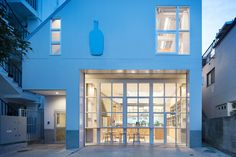 Blue Bottle Coffee Nakameguro Cafe is a minimal cafe located in Tokyo, Japan, designed by Schemata Architects.
