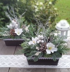 Christmas Window Boxes, Christmas Planters, Burlap Christmas, Christmas Projects, Christmas Flower Arrangements, Christmas Centerpieces, Xmas Decorations, Plant Box, After Christmas