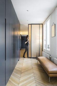 Corridor layout: our advice to give him a function - New Deko Sites Hallway Closet, Closet Bedroom, Bedroom Storage, Attic Storage, Closet Storage, Armoire Entree, Black Stair Railing, Decoration Entree, Dressing Room Design