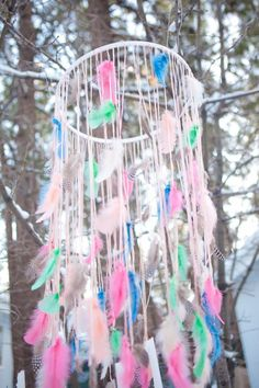 A cute feather chandelier for a girls room DIY Fun Crafts, Diy And Crafts, Crafts For Kids, Arts And Crafts, Dreams Catcher, Hippie Crafts, Hippie Art, Hippie Style, Feather Mobile