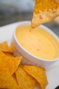 Jeder kennt ihn und die meisten lieben ihn - den Chili-Cheese-Dip zu Nachos aus dem Kino. Was kaum einer weiss: Der ist mit wenigen Zutaten schnell zu ...