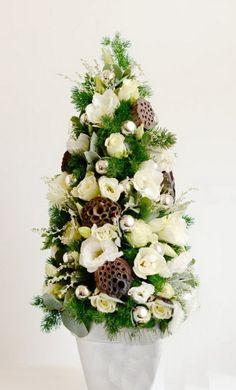 élővirág karácsonyfa liziantusszal (50cm)