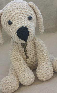 O cãozinho labrador Barthô é confeccionado com linha 100%algodão, na técnica japonesa amigurumi, que são bichinhos feitos de crochê ou tricô. Medindo 19 cm de altura, ele possui todas as peças fortemente costuradas (patas, orelhas e acessórios). Acompanha coleira com a chave do coração, ( a colei...