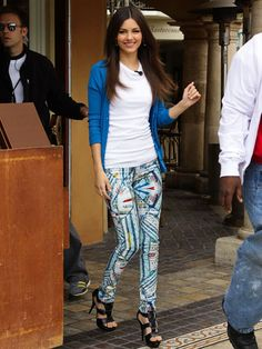 Victoria Justice rocks graphic jeggings