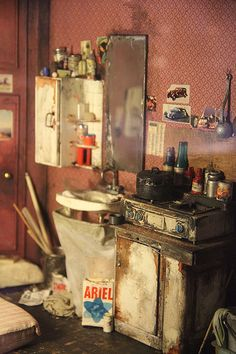 Museum of Miniatures and Cinema, France. Miniature artist's studio - the sink - incredible detail! Vitrine Miniature, Miniature Rooms, Miniature Kitchen, Miniature Houses, Miniature Furniture, Mini Doll House, Tiny World, Stage Design, Miniture Things