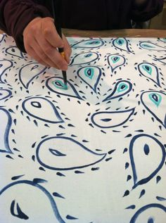David Stark Events - How To Paint Table Linens Hand Painted Fabric, Hand Painted Canvas, Diy Canvas, Canvas Fabric, Fabric Painting, Diy Painting, Tablecloth Fabric, Tablecloth Ideas, Tablecloths