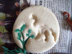 Hacemos fósiles:Primero se hace la masa de sal, mezclando 3 partes de harina, 1 de sal y una de agua.  Se recortan unos círculos y usando unos dinosaurios y unas plantas de plástico, presionamos en la masa para dejar la huella. Pebbles And Bam Bam, Forest School Activities, Diy And Crafts, Crafts For Kids, Dramatic Play Centers, Science Experiments Kids, Dinosaur Party, Early Childhood Education, Toddler Crafts