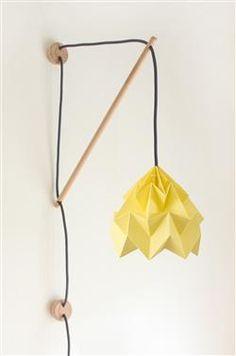 Klimoppe vegglampe med gul Moth origamiskjerm