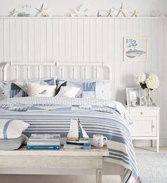 薄めの青×白のテイストも優しい マリン テイストのベッドルーム。