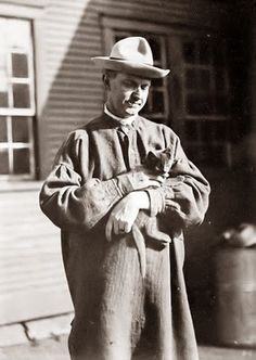 Today's picture shows President Calvin Coolidge with his pet cat. Coolidge was a very quiet man, so probably enjoyed cats more than dogs. American Presidents, Us Presidents, Republican Presidents, Crazy Cat Lady, Crazy Cats, Men With Cats, Celebrities With Cats, Calvin Coolidge, Animal Gato