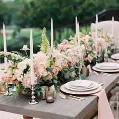 This table top set up is the epitome of romantic elegance. Loving the  beautiful shades of pink, cream, and gold.  // Photography by @jessicagoldphoto // Planning by @deanie_michelle_events // Linens by @bbjlinen //