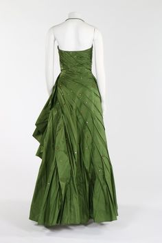 couture green taffeta ball gown, early green on ivory woven label, with strapless boned bodice, the dress caught in a spiral of graduated pleats with flounced graduated hem and studded overall with copper and silver facetted beads in varying sizes, 50 Fashion, High Fashion, Womens Fashion, Fashion Design, Fashion Guide, Vintage Outfits, Vintage Fashion, Vintage Clothing, Norman Hartnell