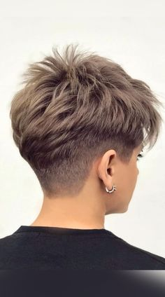 Have a thirst for an effortlessly cool pixie cut? Discover your new style as these fun and stylish looks get revealed. Click here to see more Cool Pixie cut. (Photo credit IG @jeanclaudeelmoughayar) Pixie Haircut For Thick Hair, Funky Short Hair, Super Short Hair, Short Grey Hair, Short Hair With Layers, Cute Hairstyles For Short Hair, Short Hair Cuts For Women, Thin Hair Cuts, Pixie Cut Hairstyles