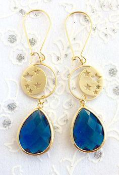 Luna y estrellas azul gota pendientes joyería de Dama de honor joyería de Dama de honor regalo para su joyería de la novia regalos Limonbijoux  Adorable Luna y estrellas azul pendientes de zafiro. A 2 1/2 pulgadas superior a inferior. Opciones, del color si desea blush coral, azul, gris, cristal claro, aguamarina o menta.  Ver todos mis artículos personalizados aquí >> https://www.etsy.com/shop/LimonBijoux/search?search_query=personalized&order&#x3...