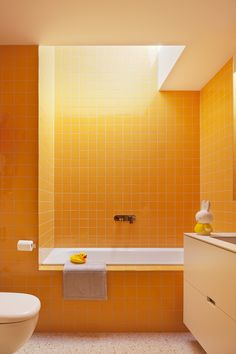 beautiful small bathroom makeover ideas for inspiration page 17 Bad Inspiration, Bathroom Inspiration, Orange Bathrooms, Bathroom Yellow, Tile Bathrooms, Yellow Baths, Beautiful Small Bathrooms, Deco Retro, Vintage Bathrooms