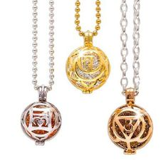 Die Klangkugeln im Inneren leuchten in der jeweiligen Farbe des Chakras und können beliebig ausgetauscht werden. Silberschmuck von der Manufaktur in Deutschland/ Silver Jewellery made in Germany