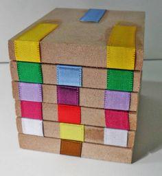 Incrível brinquedo feito em mdf e fitas de cetim. Com movimentos simples e precisos surgem animais, objetos, letras, números e muito mais. desenvolve a criatividade, a coordenação motora, o raciocínio, a memória e a paciência. Acompanha manual com 80 figuras para fazer!