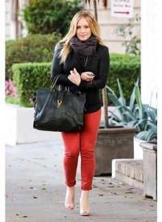 HILARY DUFF  LOOK DE STAR ROCK  Hilary Duff est casual lorsqu'elle se rend chez le coiffeur mais ce slim rouge amène une touche rock, qui lui va à merveille.
