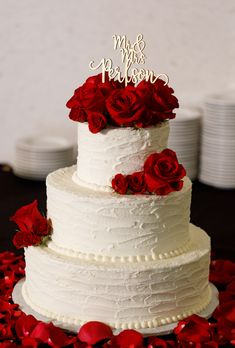 gorgeous vintage wedding cakes with flower for 2019 brides 36 Wedding Cake Red, Red Rose Wedding, White Wedding Flowers, Wedding Cakes With Flowers, Elegant Wedding Cakes, Wedding Cake Designs, Wedding Cupcakes, Cake Flowers, Vintage Wedding Cakes