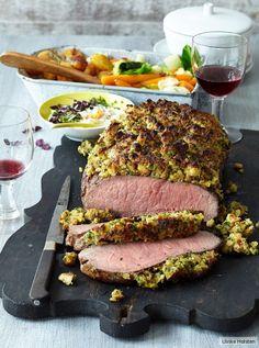 Alles, was einen guten bayerischen Knödel ausmacht, umgibt heute mal unser Roastbeef: Brezen, Majoran, Petersilie und Kümmel. (Low Carb Christmas Recipes)