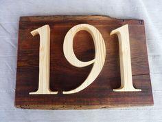 Numero de porte en bois.