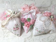Pretty pincushions, For me more Sachets using this pattern Fabric Crafts, Sewing Crafts, Sewing Projects, Diy Crafts, Shabby Chic Crafts, Shabby Chic Decor, Manualidades Shabby Chic, Lavender Bags, Lavender Sachets