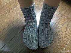 靴下が完成しました^^実際に履くと、こんな感じです↓履き口は、中長編みの畝編みをしているので、パッと見、棒針で2目ゴム編みを編んだようにも見えます。実際、伸び縮みするので、脱ぎ履きが楽ちん^^模様は、最近、定番のシェル編