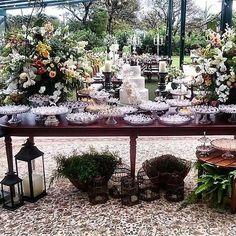 Evento lindo decorado por @rodrigoplaca e flores @sinfonia_das_flores #moveismarcialocacoes #alugueldemoveis #mesamadeira #mesadedoces #casamento #realizandosonhos