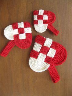 danish heart crochet pattern. Would be really cute as christmas tree ornaments.