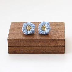 勿忘草色(水色)の細いレース糸にビーズを通して、お花を編みました。二重になった花弁が緩やかなカーブを描き、ボリュームがあります。コットンレースの柔らかい質感と...|ハンドメイド、手作り、手仕事品の通販・販売・購入ならCreema。