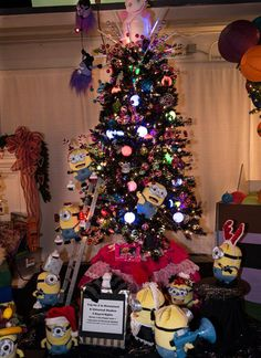 Minion Christmas Tree complete with Gru, his daughters, and Kyle ...