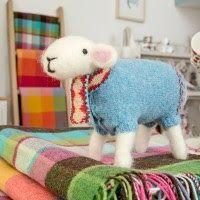 Acabo de descubrirlas y no me he podido resistir a dedicarles un post.      Estas ovejitas de fieltro con jersey de punto de Mary Kilver...