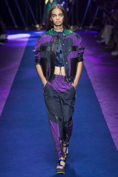 See all the Collection photos from Versace Spring/Summer 2017 Ready-To-Wear now on British Vogue Fashion Week, Sport Fashion, Fashion 2017, Runway Fashion, Fashion Show, Womens Fashion, Fashion Trends, Versace Fashion, Gq Fashion