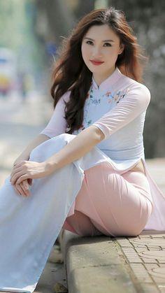 Beautiful Asian Girl in Vietnamese Long Dress. Beautiful Chinese Girl, Beautiful Girl Image, Beautiful Asian Women, Ao Dai, Vietnam Girl, Vietnamese Dress, Asian Hotties, Sexy Asian Girls, Miley Cyrus