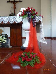 Basket Flower Arrangements, Funeral Floral Arrangements, Creative Flower Arrangements, Diy Wedding Wreath, Flower Bouquet Wedding, Communion Decorations, Easter Flowers, Church Flowers, Flower Designs