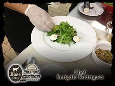 """""""Ensalada de Hojas, Queso de Cabra Beee Ceniza, pera, pimiento, y aderezo de naranja y ajonjolí"""" por el Chef de MARCO, Museo de Arte Contemporáneo de Monterrey, Emigdio Rodriguez Lopez y orgullosamente uno de nuestros #EmbajadoresBeee   Receta ideal para un día Gourmet con invitados especiales y ganas de dejar buena impresión.  Haz clic en la imagen para ingresar a la receta."""