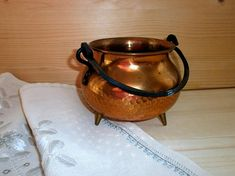 Hammered copper tripod bowl Indoor footed planter with patina Metal cauldron bowl Scandinavian Swedish vintage pot with handle Home decor