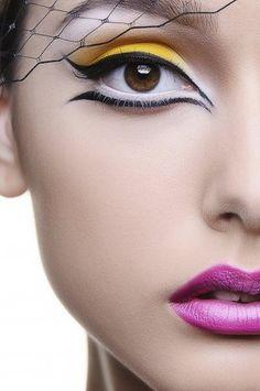 Makyajda bu senenin yeni trendi çift kuyruklu eyeliner oldu.#makeup#eyeliner