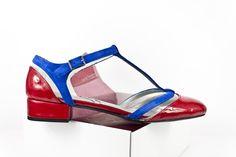 #Zapato con #tacón de 2 cm en #charol #rojo, tiras en #ante #índigo e intersecciones en #vinilo #blue #suede #leather #shoes #red #flatshoes #zapatos #planos #vinyl #moda #fashion BUY//COMPRAR: www.jorgelarranaga.com/es/home/408-454.html