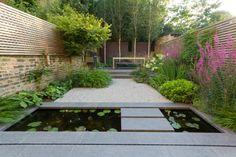 patio moderno estanque peces koi