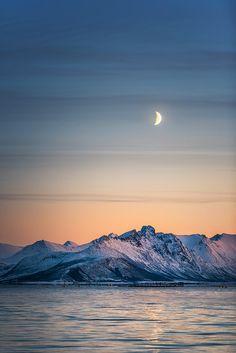 Alsvåg, Vesterålen in Northern Norway. (via Stian Klo)