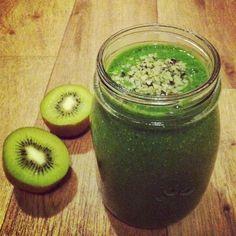 """Wusstest du, dass Chia übersetzt """"Stärke"""" heißt? Jap, die kleinen Power-Samen sind der perfekte Snack für Nachmittags-Durchhänger. Besonders lecker, schnell und gesund geht das mit einem grünen Smoothie!"""