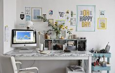 Stôl s plagátmi a obrázkami na stene