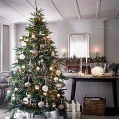 Have a look at the comfort level photos of Christmas Decoration Ideas Bringing The Christmas Spirit from a real expert - British company The White Company. White Christmas Lights, Large Christmas Baubles, Christmas Tree Toppers, Christmas Home, Christmas Wreaths, Xmas Trees, Magical Christmas, Country Christmas, Fairy Lights