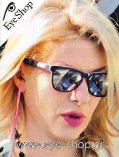 Ελένη Μενεγάκη φοράει τα γυαλιά ηλίου Oakley Frogskins LX 2043 κλικ στη φωτο για να τα βρείτε