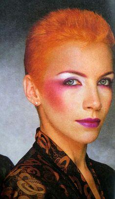 Annie Lennox Rosa / Lila Make-up . Annie Lennox, Glam Rock Makeup, Punk Makeup, Hair Makeup, Witch Makeup, Makeup Inspo, Makeup Inspiration, Makeup Tips, 1980 Makeup