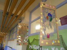 Escola La Pau. Decoració escola amb els marcs per a dibuixos